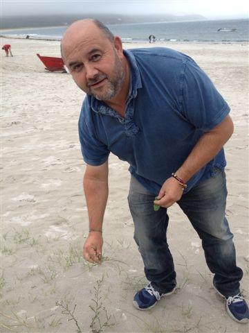 Antonio Muiños recogiendo vegetales de costa