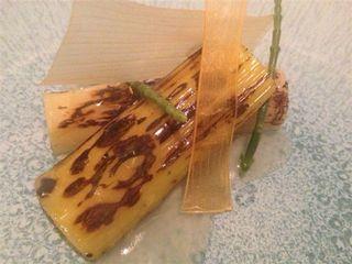Puerros tostados con esencia marina y salicornia. Plato de Rodrigo de la Calle en el restaurante del Hotel Villamagna