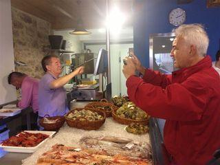 Mostradores de la pescadería con clientes comprando