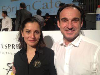 La ganadora, la colombiana Carolina Hernández y su entrenador, el gran Salvador Sans, propietarios de la tienda Cafés El Magnífico
