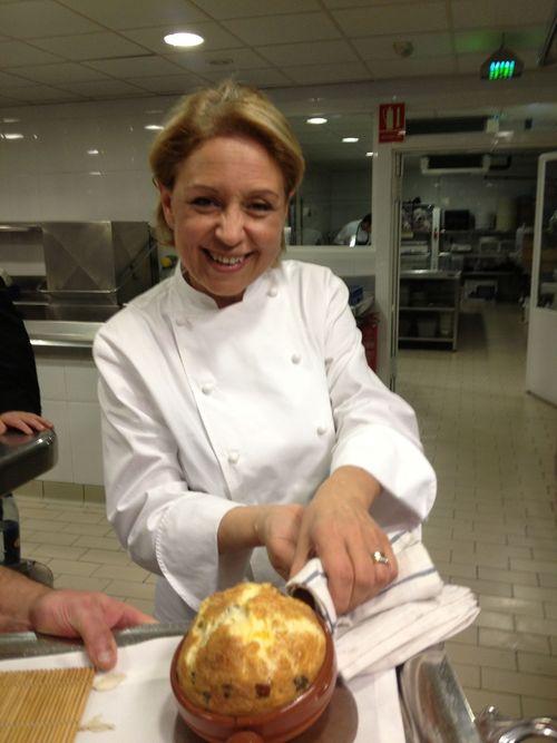Susi Díaz con el arroz con costra recién salido del horno