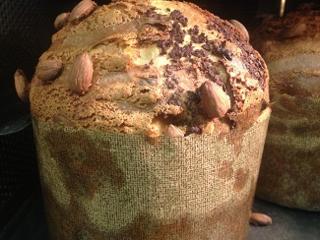 Panettone todavía dentro del horno en el obrador de Moulin Chocolat en Madrid