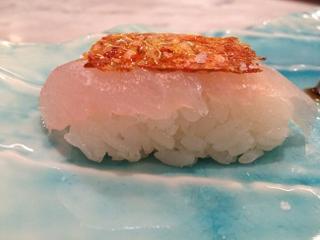 Nigiri de salmonete con la piel tostada del pescado Kabuki Wellington
