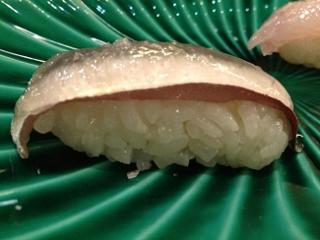 Nigiri de lomos de sardina con lámina de panceta. Kabuki Wellington