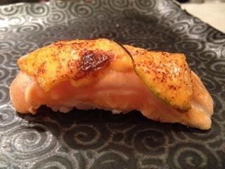 Nigiri sushi  templado de salmón. Encima salsa mayonesa con kimuchi y lima. 99 Sushi Bar