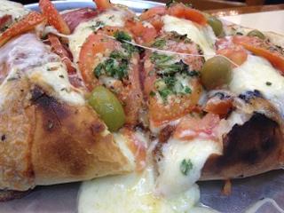 Pizza de La Americana, en Buenos Aires. Observese el grosor de la masa