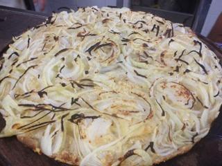 Pizza de cebolla y queso (fugazzeta), una de las mejores especialidades de El Cuartito en Buenos Aires