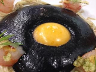 Huevo negro con angulas vegetales y gambas al ajillo. Uno de los platos presentados por Joaquín Baeza, ganador
