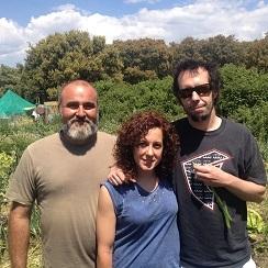 A la izquierda Juan Carlos Villaescusa, paisajista, y a su lado Marta Garrido, ingeniera agrícola, en una huerta de El Escorial regida por los principios de la permacultura. Les acompaña Dani Ochoa