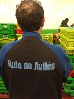 Operario de la rula de Avilés, lonja ejemplar en el Cantábrico